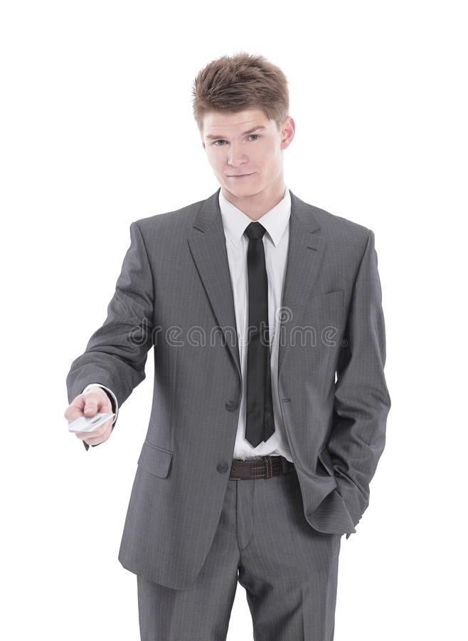 Hombre de negocios acertado que sostiene hacia fuera una tarjeta de visita en blanco fotografía de archivo libre de regalías