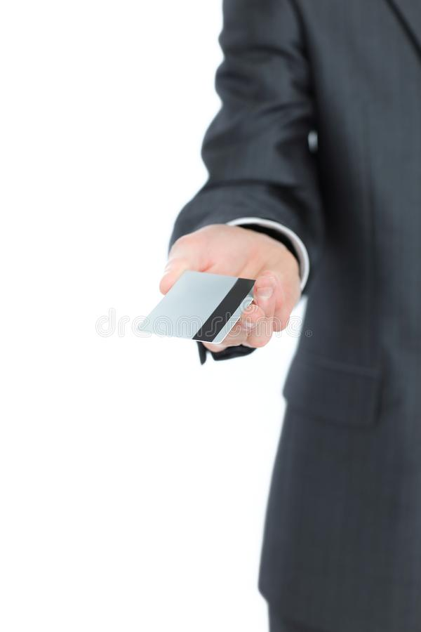 Hombre de negocios acertado que sostiene hacia fuera una tarjeta de visita en blanco fotos de archivo