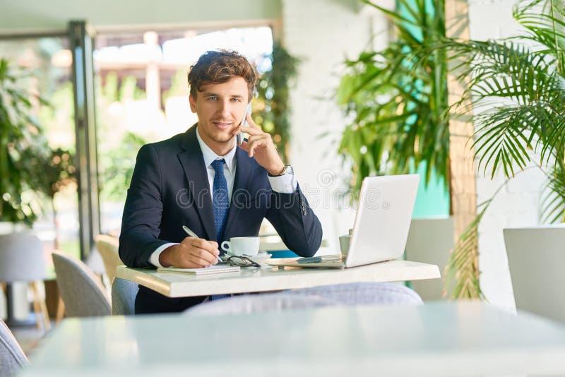 Hombre de negocios acertado Working en café fotografía de archivo libre de regalías
