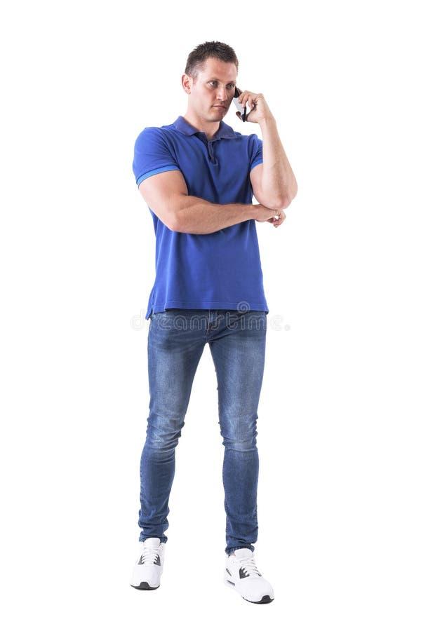 Hombre de negocios adulto enojado frustrado que habla en el teléfono móvil y que mira lejos fotos de archivo