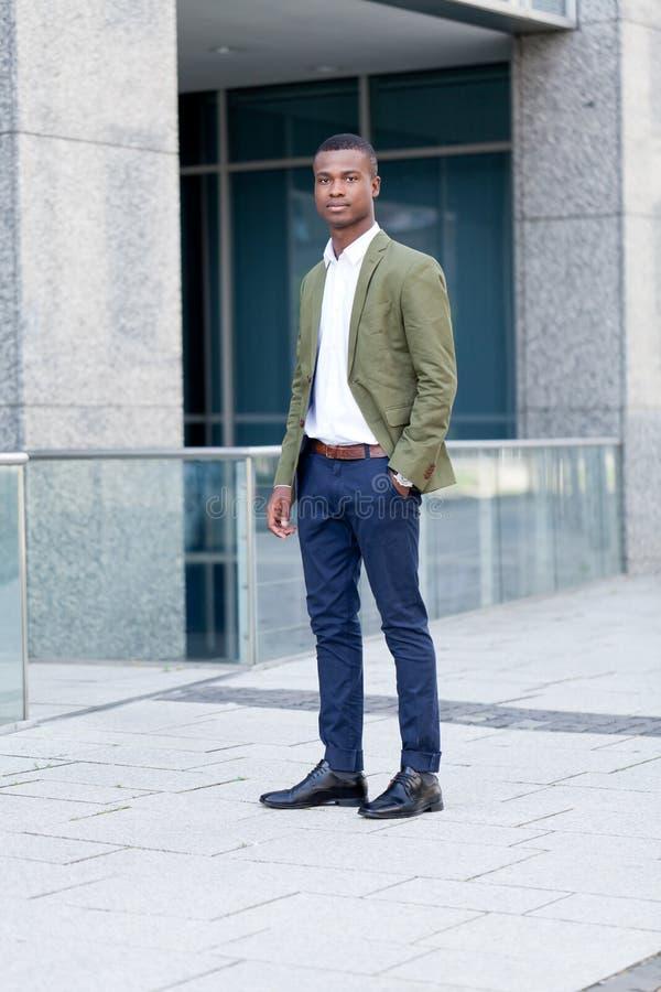 Hombre de negocios africano acertado joven al aire libre en verano imágenes de archivo libres de regalías