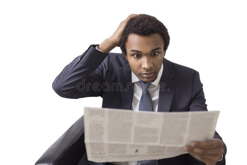Hombre de negocios africano con el periódico, aislado fotografía de archivo libre de regalías