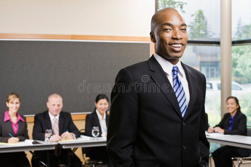 Hombre de negocios africano confidente imagenes de archivo