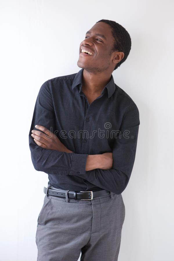 Hombre de negocios africano feliz que se opone al fondo blanco con los brazos cruzados imagen de archivo libre de regalías