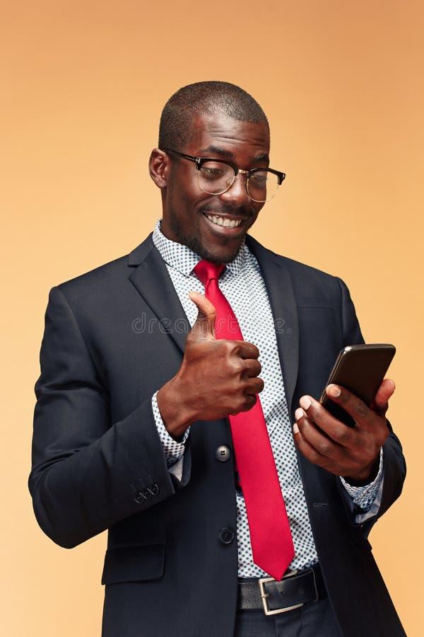 Hombre de negocios africano joven en el teléfono foto de archivo libre de regalías