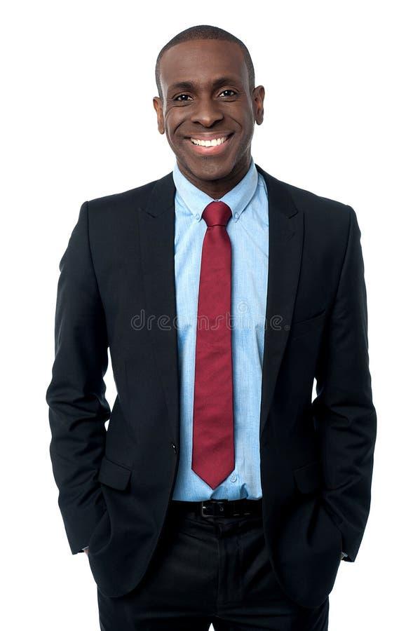 Hombre de negocios africano moderno sonriente foto de archivo