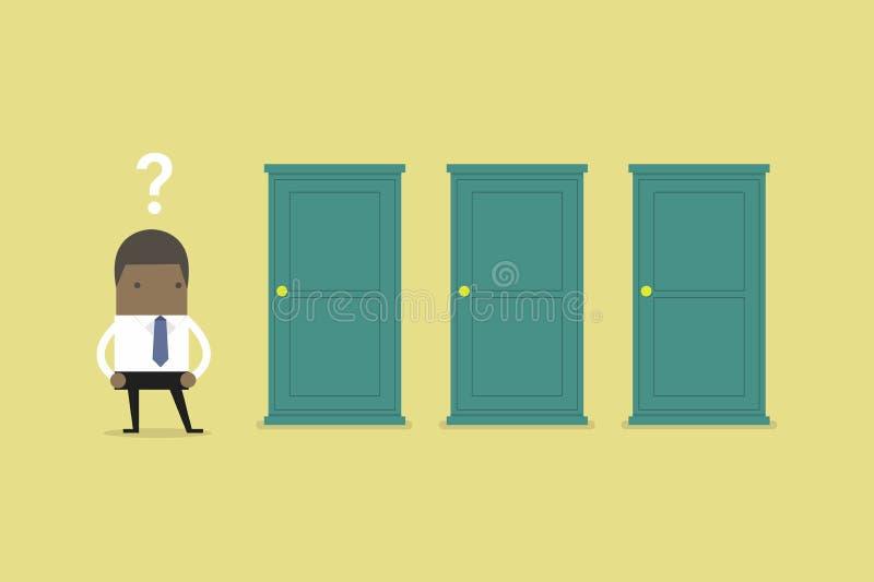 Hombre de negocios africano que se coloca al lado de tres puertas, incapaces de hacer el concepto correcto de la decisión con los stock de ilustración