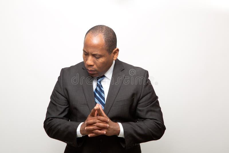 Hombre de negocios africano vestido en el pensamiento del traje imagen de archivo libre de regalías