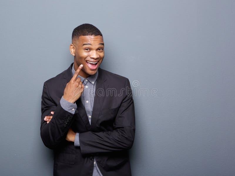Hombre de negocios afroamericano alegre que señala el finger foto de archivo libre de regalías