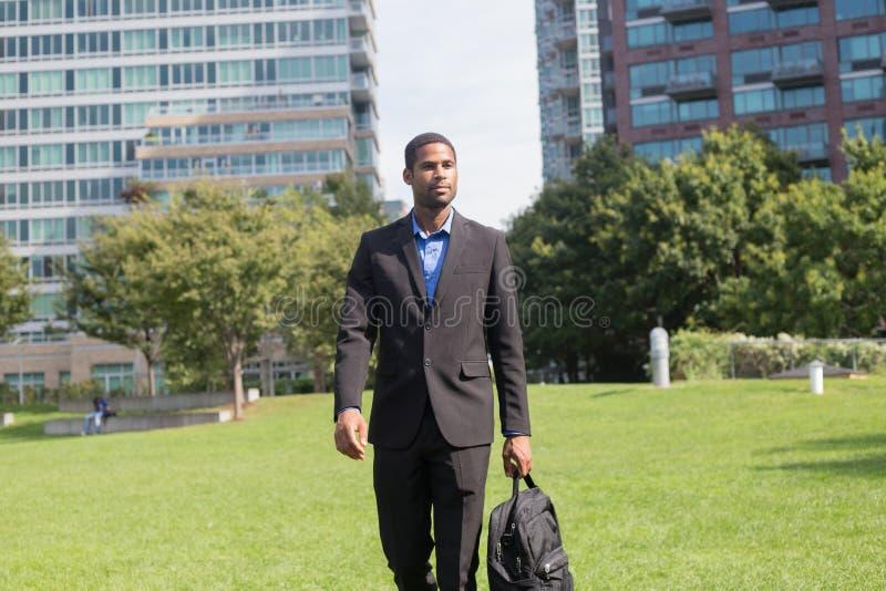Hombre de negocios afroamericano apuesto en trajes, o de conmutación foto de archivo libre de regalías