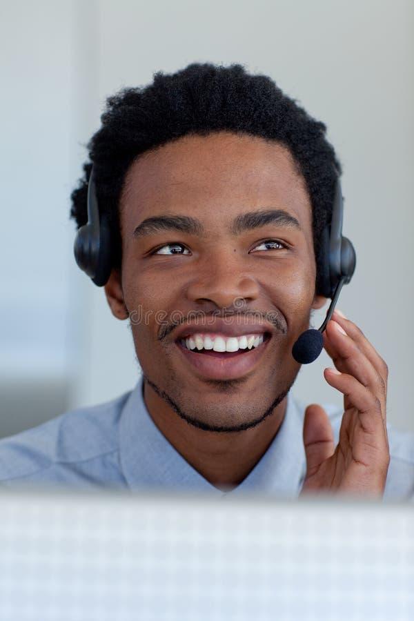 Hombre de negocios afroamericano en un centro de atención telefónica imagenes de archivo