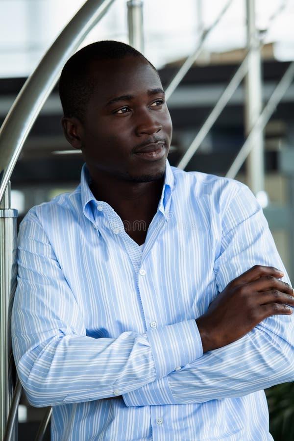 Hombre de negocios afroamericano joven hermoso en oficina imágenes de archivo libres de regalías