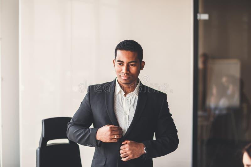 Hombre de negocios afroamericano pacífico en oficina moderna imagen de archivo