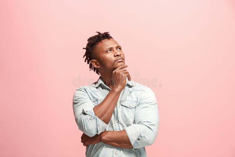 Hombre de negocios afroamericano pensativo serio joven Concepto de la duda imagenes de archivo