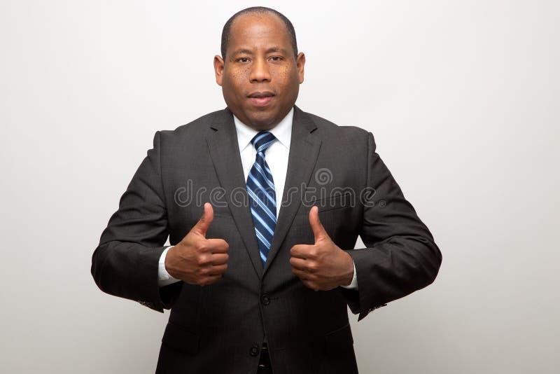 Hombre de negocios afroamericano que da dos pulgares para arriba fotografía de archivo libre de regalías