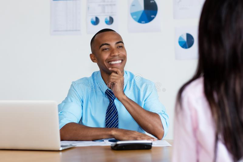 Hombre de negocios afroamericano que habla con el cliente imagen de archivo libre de regalías