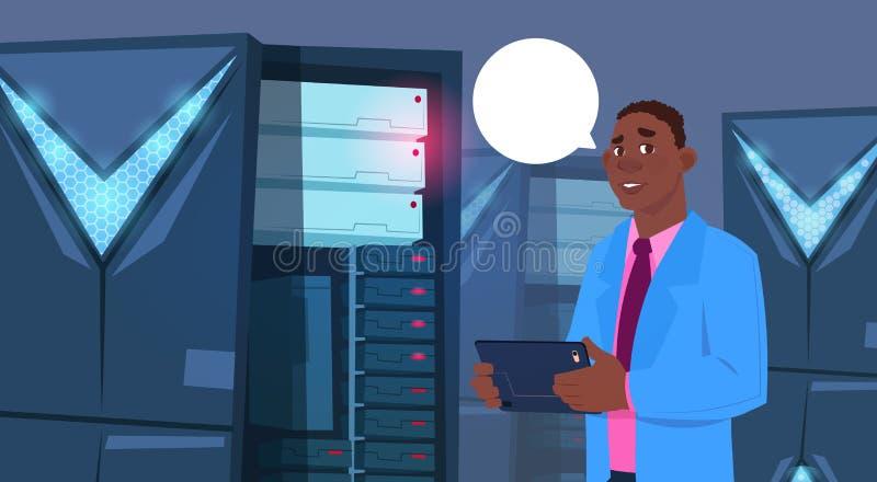 Hombre de negocios afroamericano que trabaja en la tableta de Digitaces en centro de la base de datos o ingeniero moderno del hom libre illustration