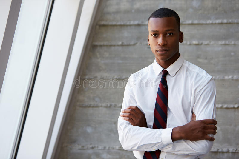 Hombre de negocios afroamericano Standing Against Wall imágenes de archivo libres de regalías