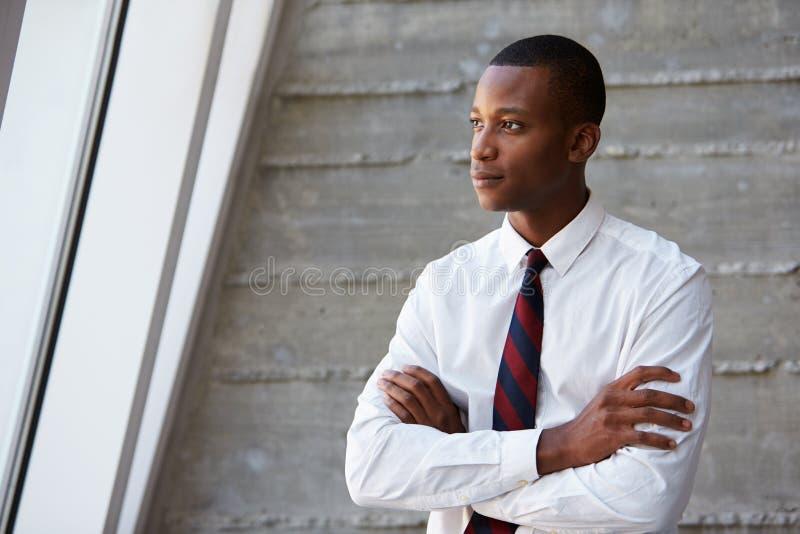 Hombre de negocios afroamericano Standing Against Wall fotos de archivo