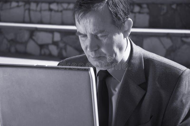 Hombre de negocios afuera imagenes de archivo