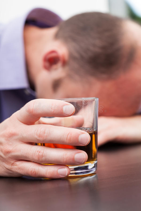 Hombre de negocios agotado con alcohol fotos de archivo libres de regalías