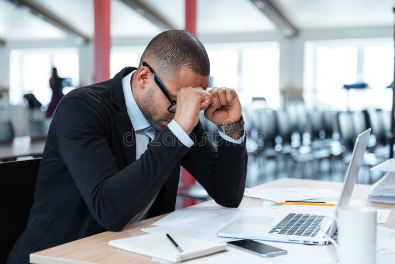 Hombre de negocios agotado en su escritorio fotografía de archivo libre de regalías