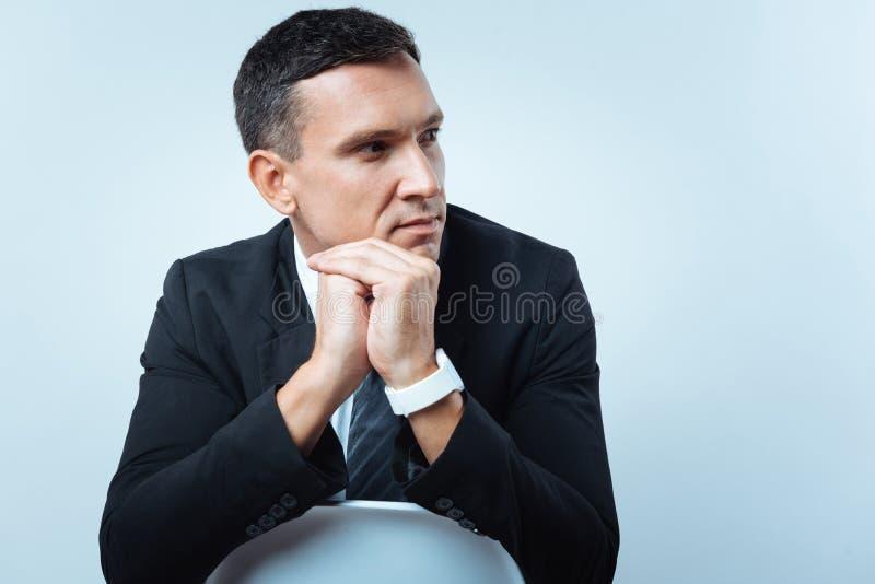 Hombre de negocios agradable pensativo que mira a un lado fotos de archivo libres de regalías