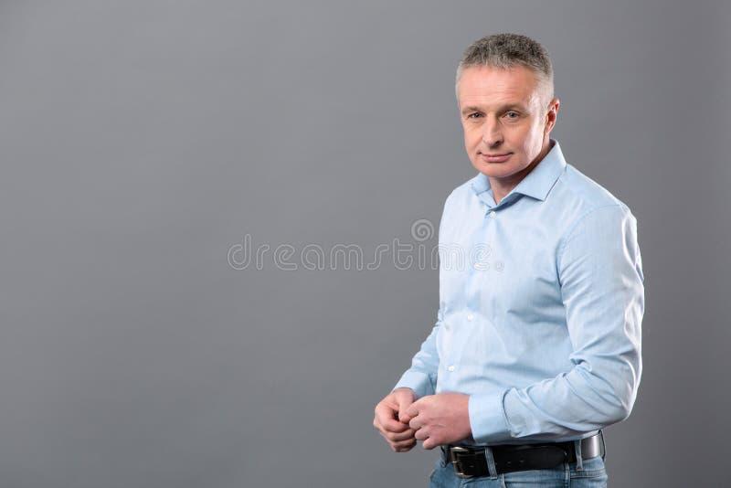 Hombre de negocios agradable serio que le mira fotos de archivo