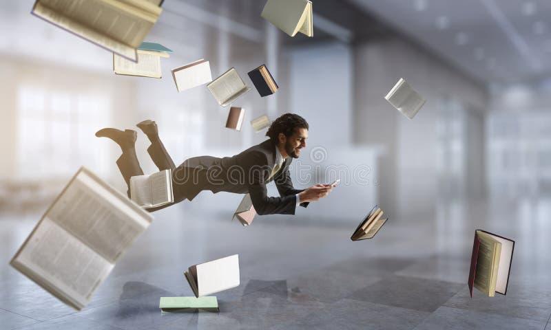 Hombre de negocios alegre del happe que eleva y mantiene flotando horizontalmente imágenes de archivo libres de regalías
