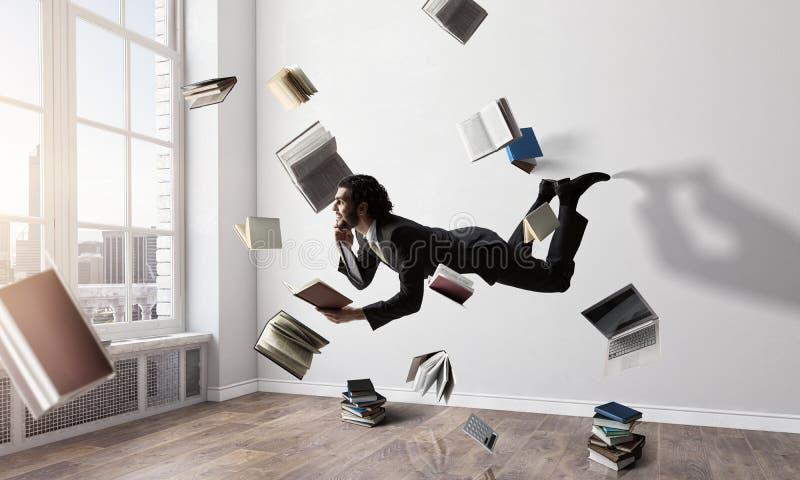 Hombre de negocios alegre del happe que eleva y mantiene flotando horizontalmente foto de archivo libre de regalías