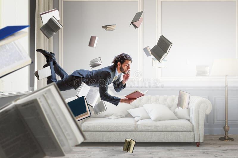 Hombre de negocios alegre del happe que eleva y mantiene flotando horizontalmente imagen de archivo