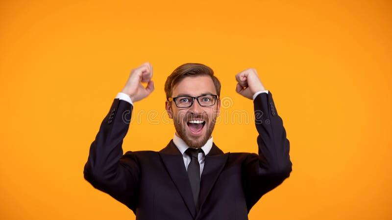 Hombre de negocios alegre que celebra la inversi?n acertada, promoci?n, empleo imagen de archivo
