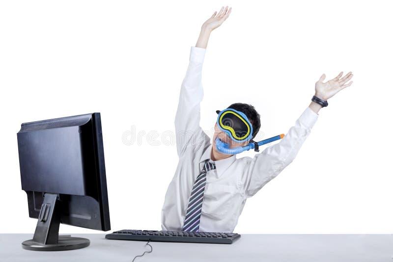 Hombre de negocios alegre que lleva una máscara que bucea foto de archivo libre de regalías