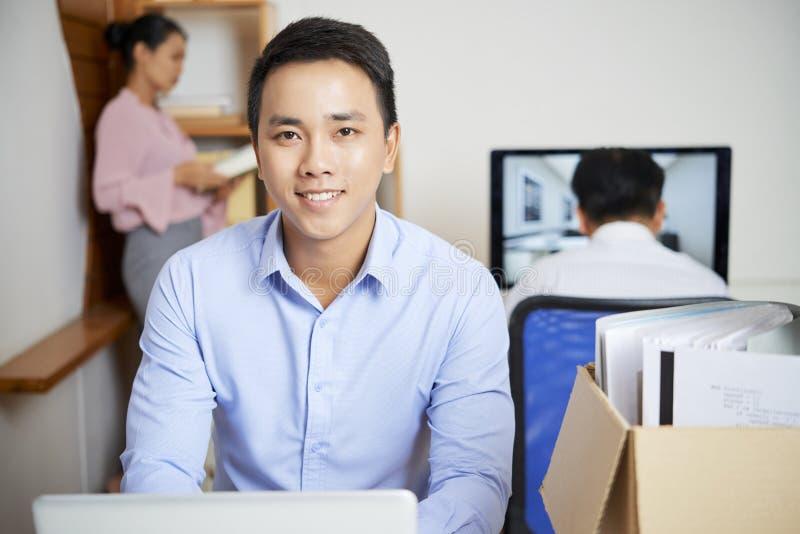 Hombre de negocios alegre que trabaja en el ordenador foto de archivo