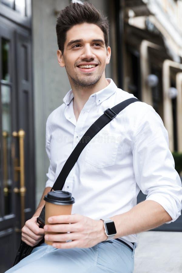 Hombre de negocios alegre vestido en la camisa que se sienta al aire libre fotografía de archivo libre de regalías