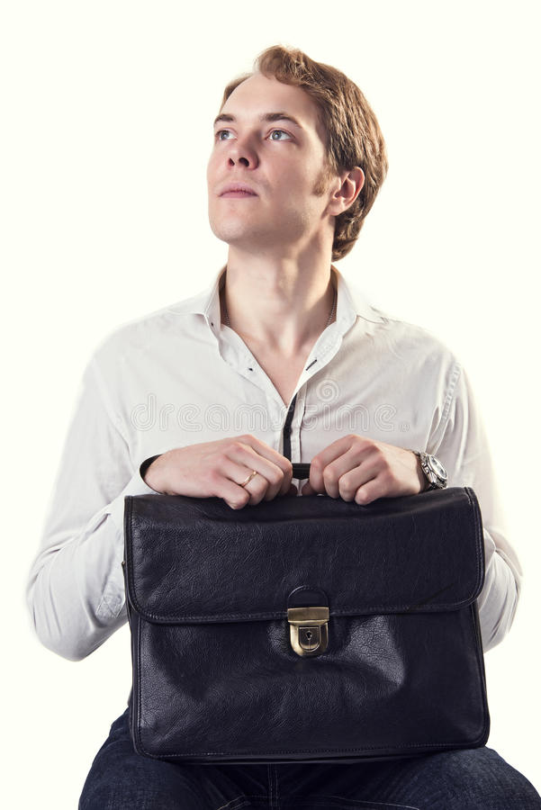 Hombre de negocios ambicioso joven con la maleta de cuero negra fotografía de archivo libre de regalías