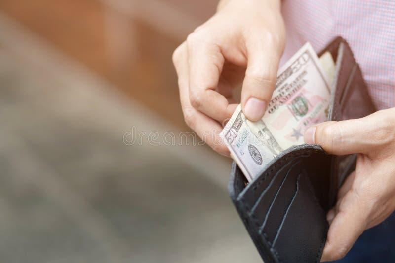 Hombre de negocios ascendente cercano Person que sostiene una cartera fotos de archivo libres de regalías