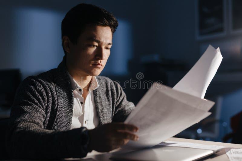Hombre de negocios asiático Busy Working en la noche fotografía de archivo libre de regalías