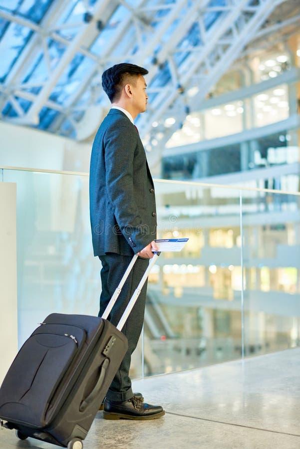 Hombre de negocios asiático Carrying Suitcase fotografía de archivo