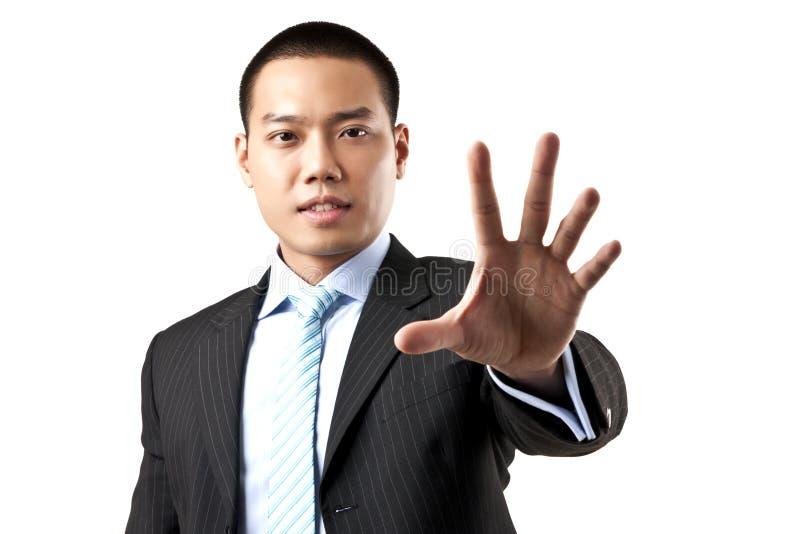 Hombre de negocios asiático con la muestra de la parada de la mano. fotografía de archivo libre de regalías
