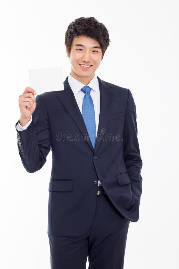 Hombre de negocios asiático con la tarjeta en blanco. fotos de archivo libres de regalías