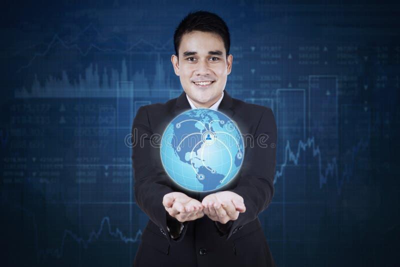 Hombre de negocios asiático con símbolo social de la red imagenes de archivo