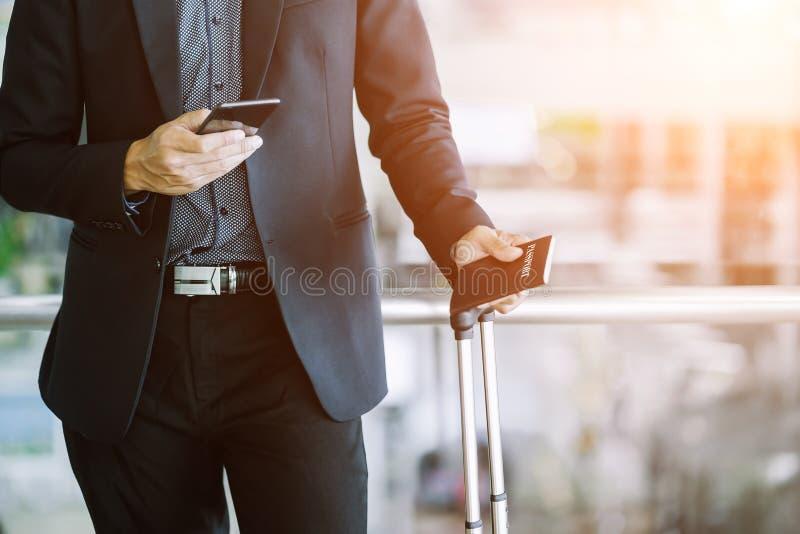Hombre de negocios asiático elegante que comprueba el correo electrónico en el teléfono móvil imagenes de archivo