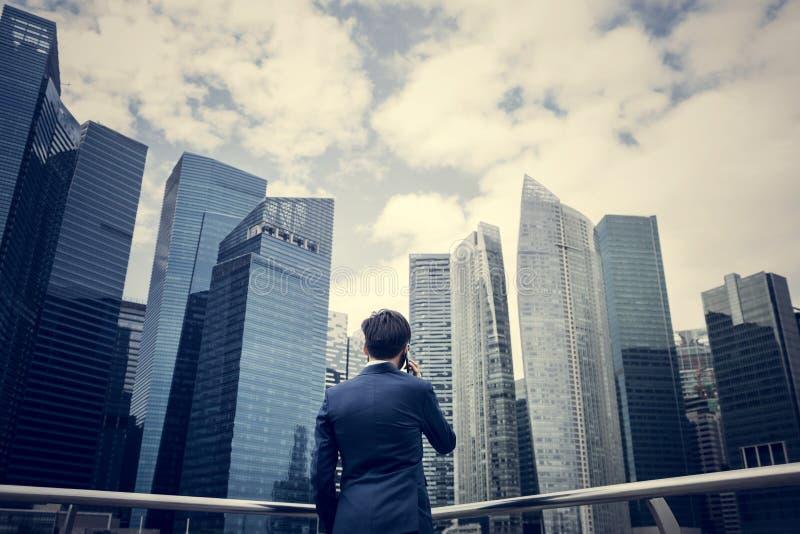 Hombre de negocios asiático en una ciudad fotos de archivo