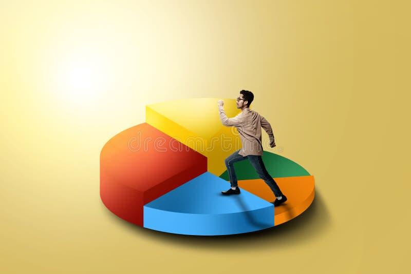 Hombre de negocios asiático hermoso que camina al gráfico de sectores más alto 3d ilustración del vector