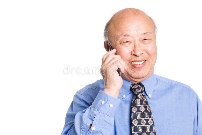 Hombre de negocios asiático mayor en el teléfono imágenes de archivo libres de regalías