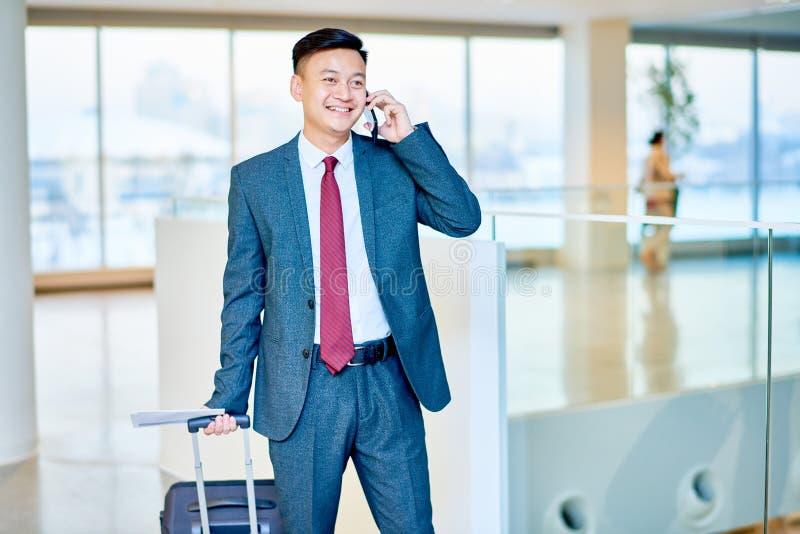 Hombre de negocios asiático moderno Speaking por el teléfono foto de archivo