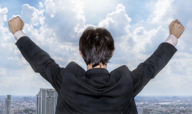 Hombre de negocios asiático que celebra éxito fotografía de archivo