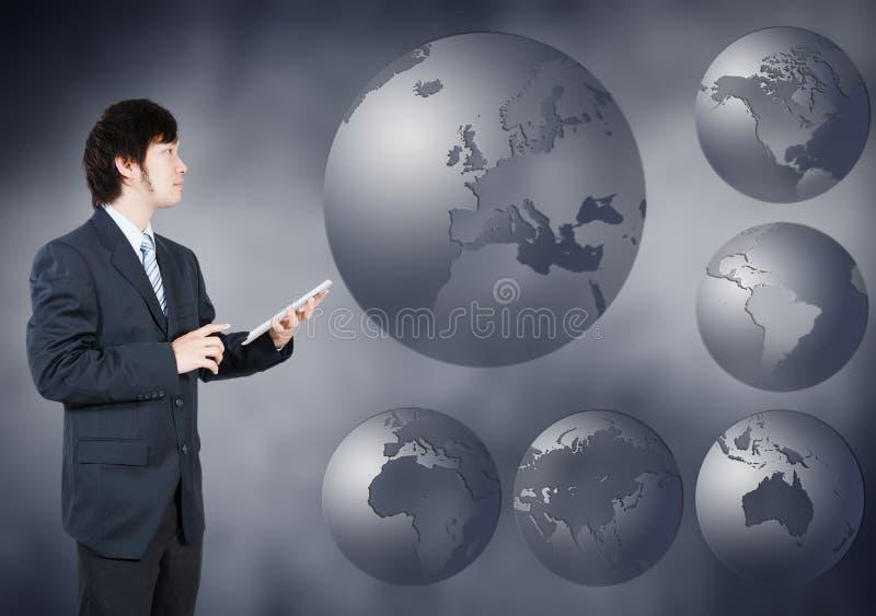 Hombre de negocios asiático que elige el continente de Europa, concepto del negocio de fotos de archivo libres de regalías