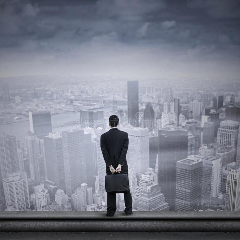 Hombre de negocios asiático que mira en el futuro imagen de archivo libre de regalías